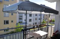 Skapa ett en härlig miljö på din balkong. Balkongbordet klickas enkelt fast på parsollet.