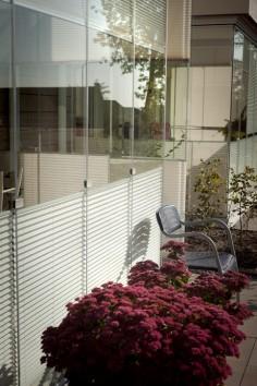 Våra solskyddsgardiner är perfekta för att skapa vackra och trivsamma miljöer, bevara behaglig temperatur på den inglasade balkongen och skydda från insyn