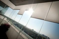 Våra solskydd fäster du enkelt med klickfäste som passar alla ledande balkongtillverkare.