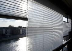 Solskyddsgardinen kan regleras både nerifrån/upp samt uppifrån/ner – smart eller hur!