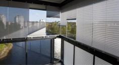 Många väljer vårt screentyg – Grey Day som effektivt reflekterar bort värmen, samtidigt som du behåller din utsikt från din balkong.
