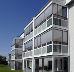 Funktionella och smakfullt inredda balkonger höjer inte bara mervärdet för era boende, en gemensam lösning för samtliga inglasade balkonger ger också fastigheten en snygg fasad med ett enhetligt yttre.
