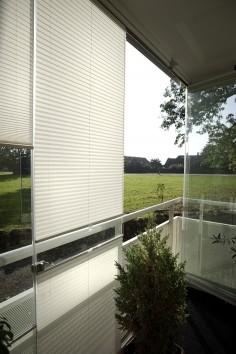 Glas från golv till tak? Välj då vår terass modell. Här med ett semitransparant tyg – White Summer.